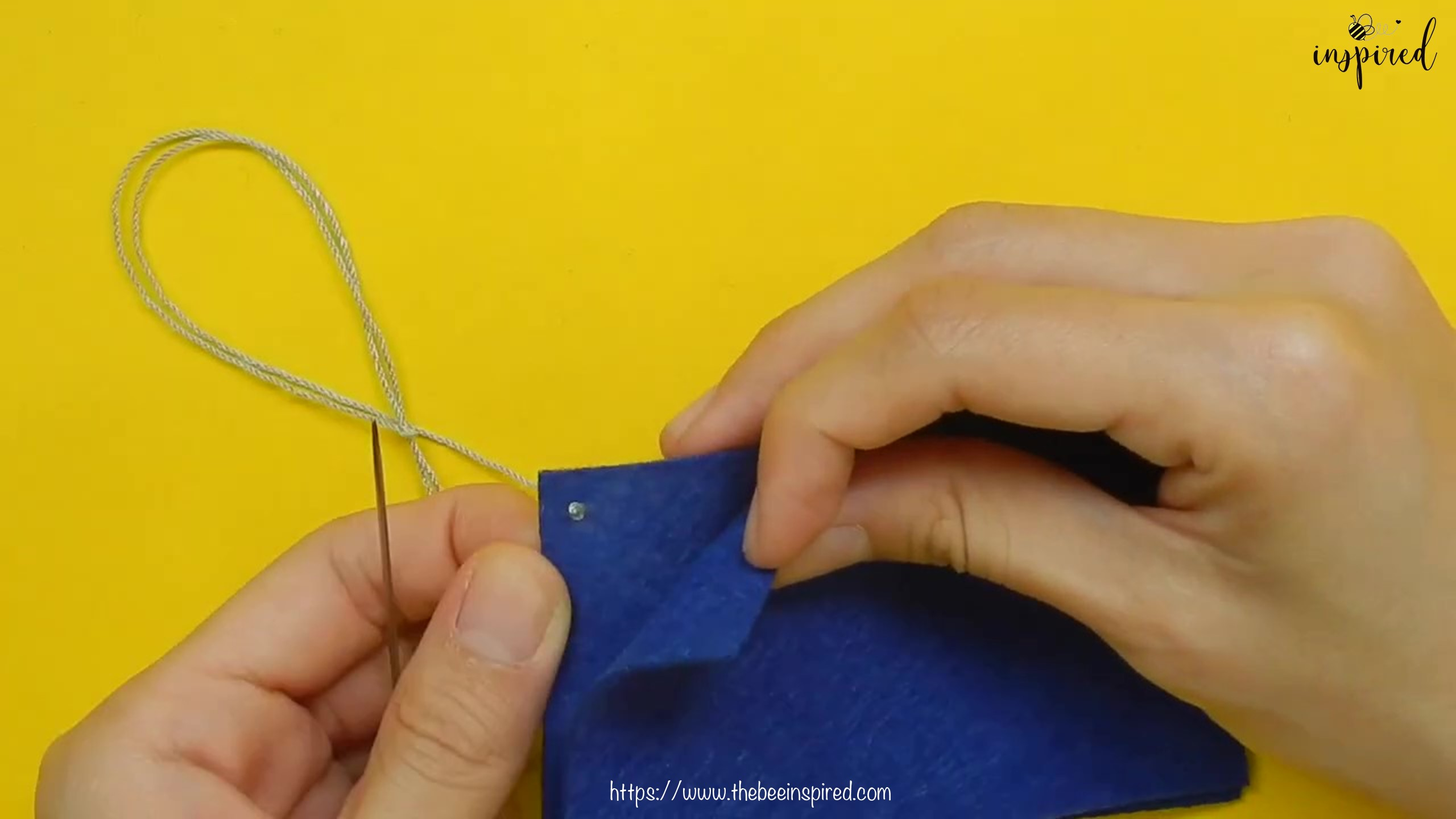 วิธีการเย็บลายปักริมผ้าห่ม (How to Sew a Blanket Stitch) _ วิธีเย็บเก็บริมผ้าโดยไม่ใช้จักรโพ้ง_4