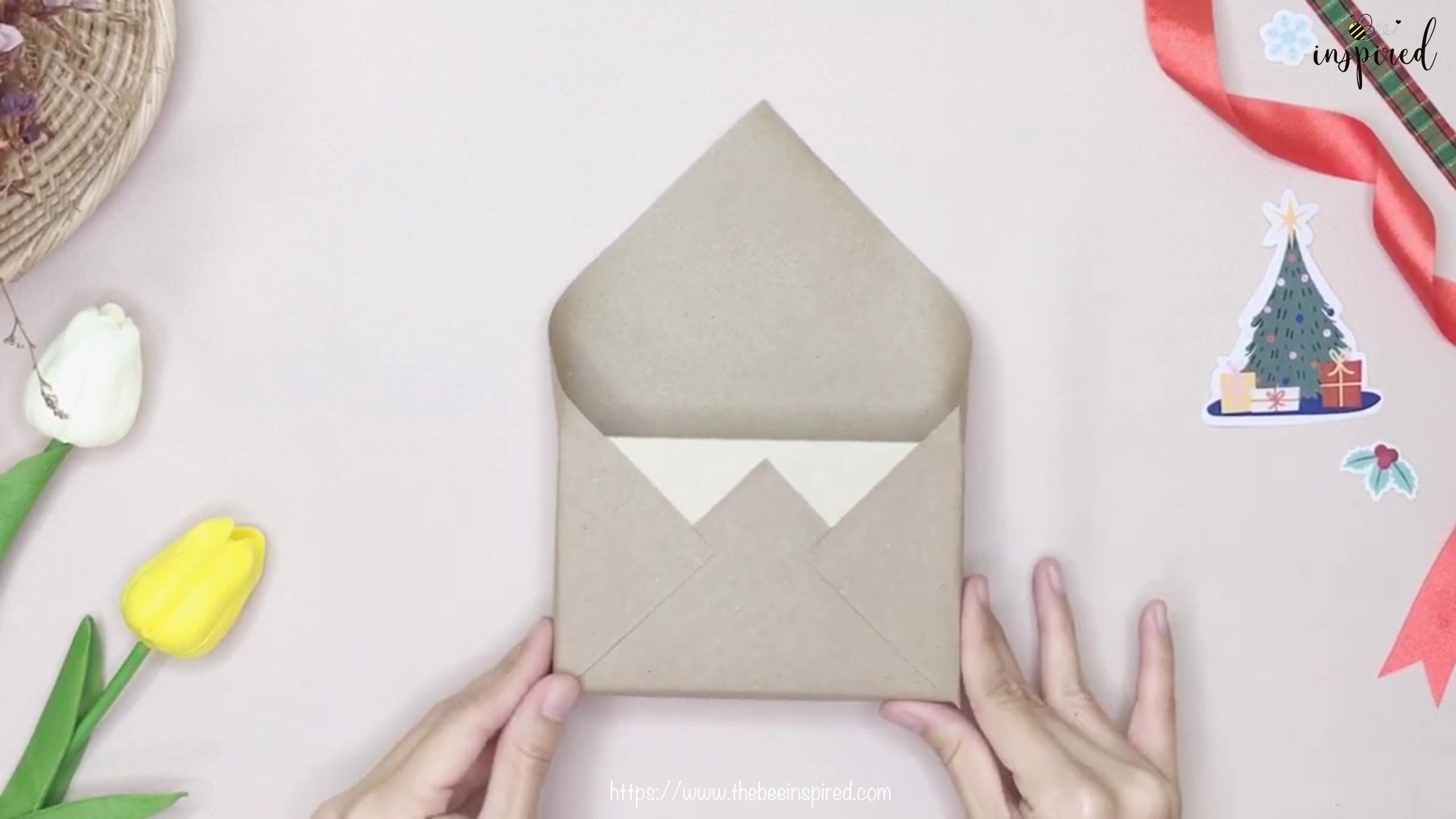 DIY วิธีห่อของขวัญวันวาเลนไทน์ วันปีใหม่ วันคริสมาส & วันเกิด แบบประหยัดกระดาษ_ Gift Wrapping Hack_10