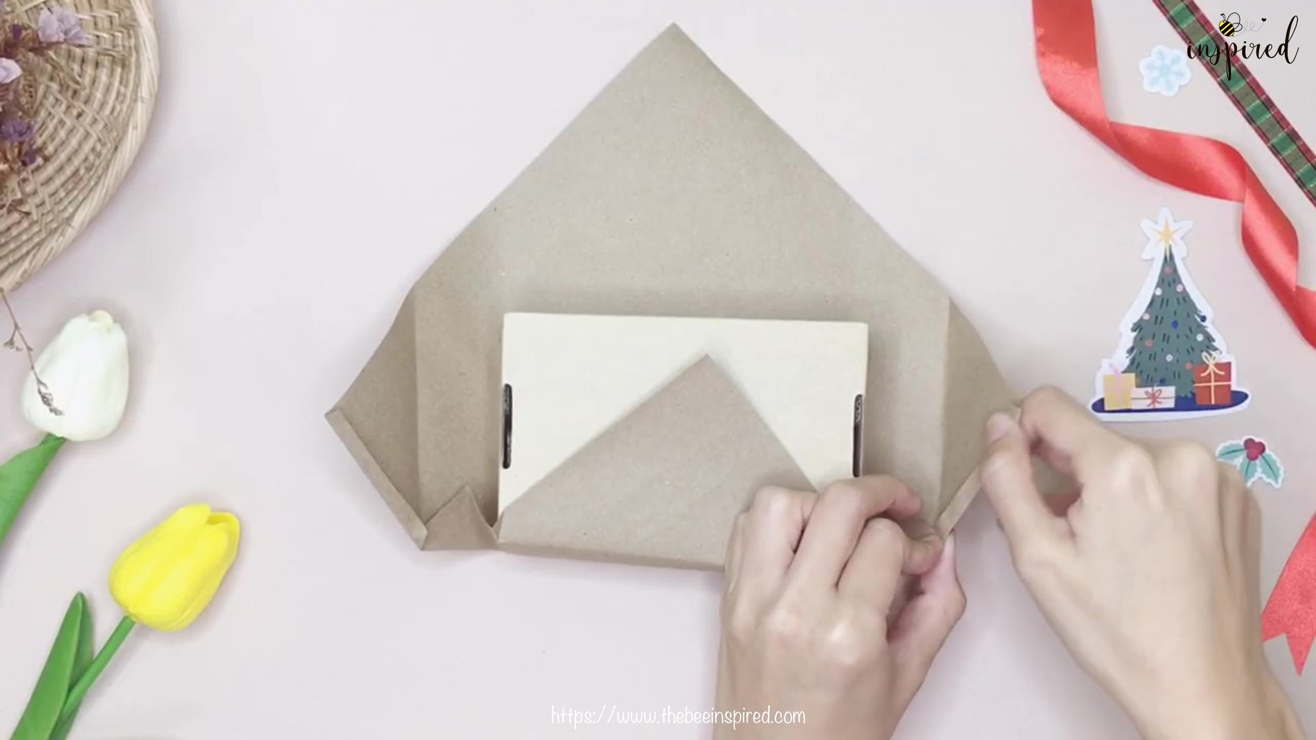 DIY วิธีห่อของขวัญวันวาเลนไทน์ วันปีใหม่ วันคริสมาส & วันเกิด แบบประหยัดกระดาษ_ Gift Wrapping Hack_8